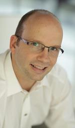 Portraitfoto von Ing. Rudolf Mark mit Brille, etwas lächelnd und nur noch wenigen Haaren im hellgrauen Sakko und hellbraunen Hemd