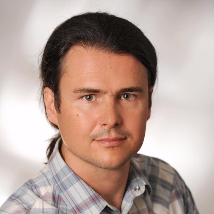 Portraitfoto von Florian Hörri mit dunklen Haaren, Bild kreisrund geschnitten