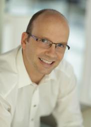 Portraitfoto von Ing. Rudolf Mark (Feuerwehrtechniker und Brandschutzsachverständiger) lächelnd im weißen Hemd. Spezialist im Brandschutz, Brandschutzkonzepte